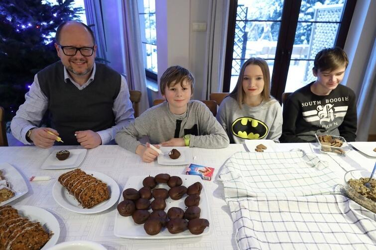 Wizyta prezydenta Gdańska była dla dzieciaków sporym przeżyciem. Wspólnie dekorowali świąteczne pierniczki