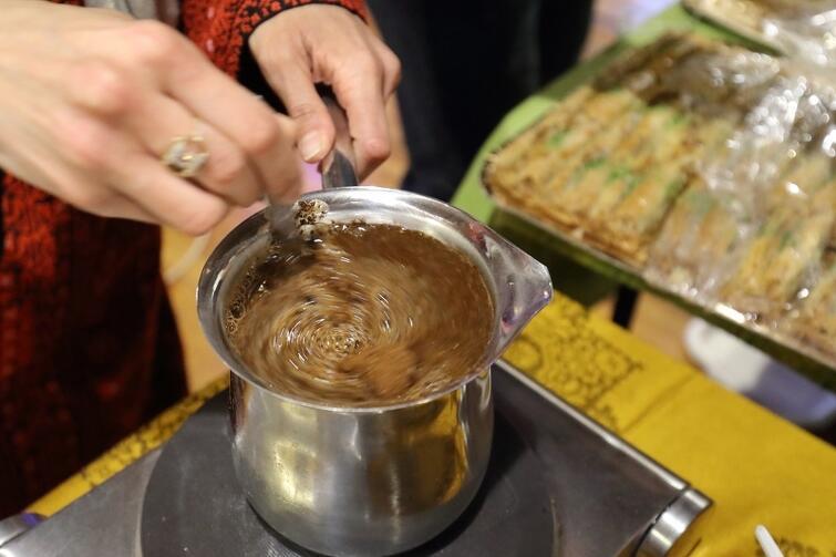 Osoby, które zajrzały na palestyński bazarek, mogły liczyć na poczęstunek tradycyjną arabską kawą