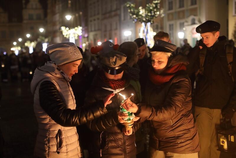 Gdańszczanie i gdańszczanki tradycyjnie już przynoszą betlejemskie światło na swoje świąteczne stoły