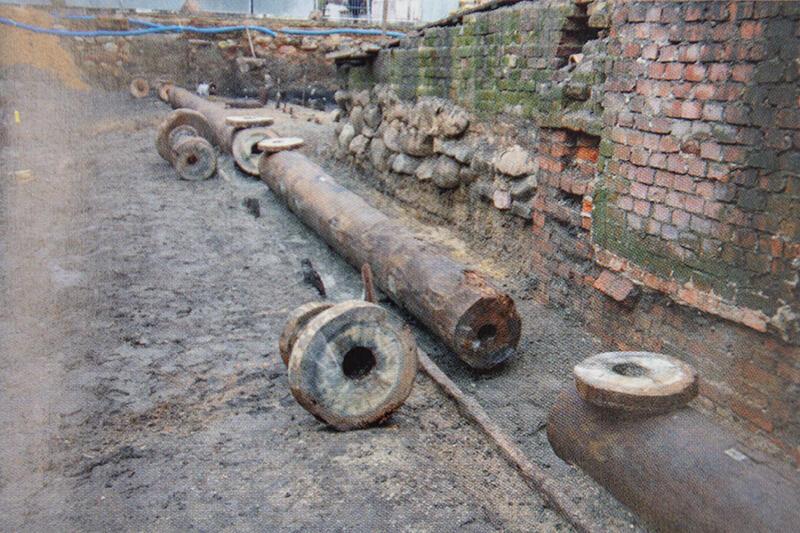 Pozostałość wodociągu spod nawierzchni wschodniego przejścia jatek rzeźniczych z przełomu XVIII/XIX wieku