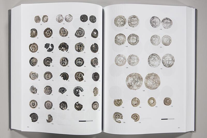 W publikacji zobaczyć można fotografie 159 monet z terenu wykopalisk z opisami
