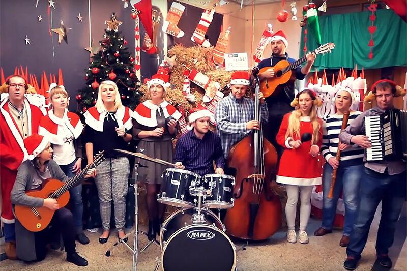 Tak pracownicy Pałacu Młodzieży życzą Wesołych Świąt  i zapraszają do wspólnego śpiewania