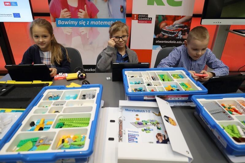 Podczas konferencji odbyła się także prezentacja części zakupionego już dla gdańskich szkół wyposażenia, tu - klocki umilające naukę matematyki