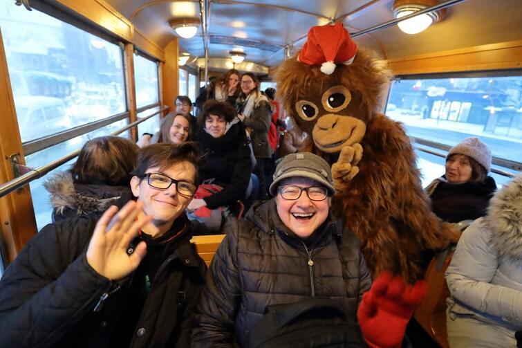 Wesoła atmosfera w świątecznym tramwaju