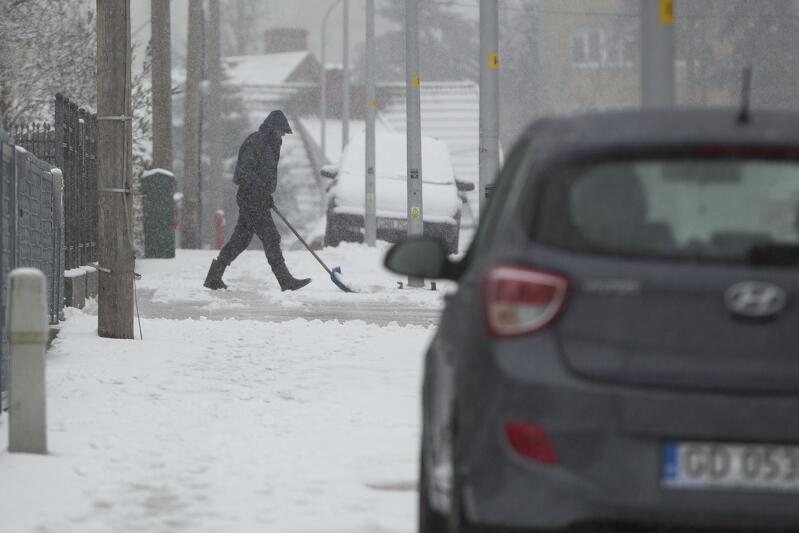 Zima to trudniejszy czas i dla kierowców, i dla pieszych. Na ulicach prócz pracy drogowców potrzebny jest rozsądek osób prowadzących auta. Na chodnikach - usuwanie śniegu i lodu przez zarządców posesji (ostrożność przechodniów też trudno przecenić)