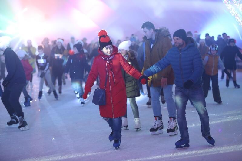 Nie macie jeszcze pomysłu na drugi dzień świąt? Warto wybrać się na miejskie lodowisko na Placu Zebrań Ludowych!