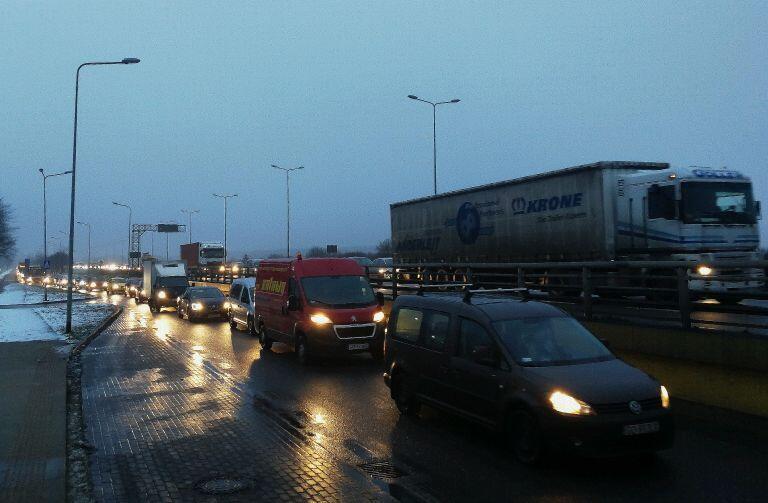 Sznur samochodów na Trasie Sucharskiego tuż przed wjazdem na Most Wantowy od strony Przeróbki