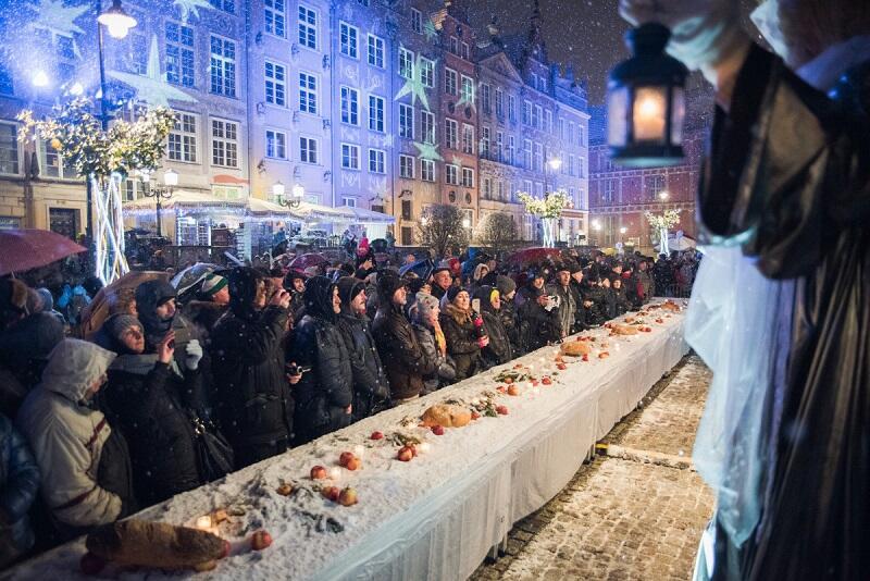 Symboliczny stół wigilijny połączył mieszkańców i turystów w świątecznej atmosferze