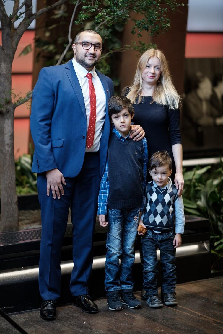 Aws Kinani z żoną i synami