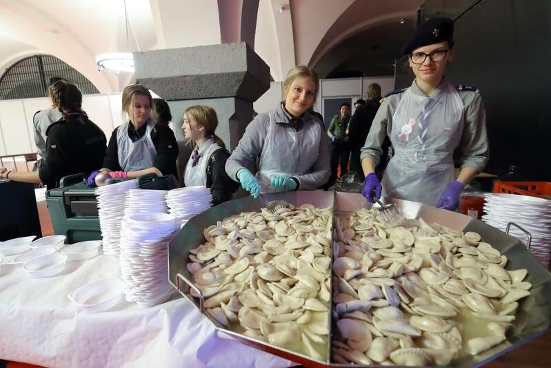 Porcje dla gości wigilii w Zbrojowni wydawali harcerze z gdańskiego ZHP