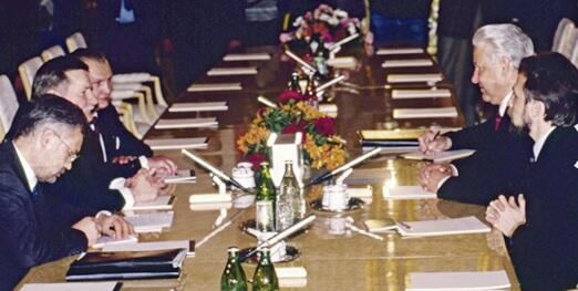 Rozmowa prezydenta Lecha Wałęsy z prezydentem Borysem Jelcynem; po lewej Andrzej Drzycimski