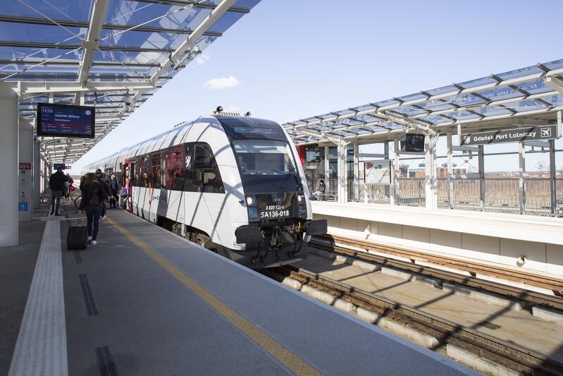 Pociąg PKM na stacji Gdańsk Port Lotniczy. W ciągu dwóch lat liczba podróżujących liniami Pomorskiej Kolei Metropolitalnej podwoiła się, a w ciągu ostatniego roku wzrosła o milion pasażerów