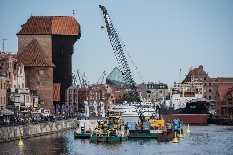 Budowę kładki rozpoczęto w maju, a już w czerwcu... przerwano prace ze względu na rozpoczynający się sezon wakacyjny i żeglarski