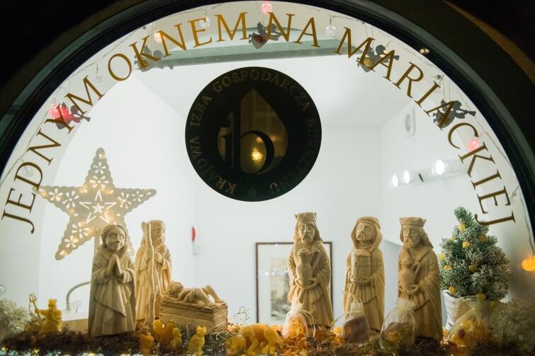 Szopka eksponowana jest w oknie wystawowym kamienicy przy ul. Mariackiej, gdzie mieści się Krajowa Izba Gospodarcza Bursztynu w Gdańsku