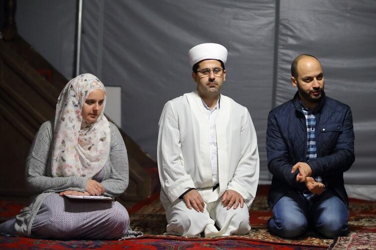 Mohamed Atoun w oliwskim meczecie, podczas Nocy Świątyń (22 września 2018 r.). Pośrodku, w białych szatach - imam Ismail Caylak