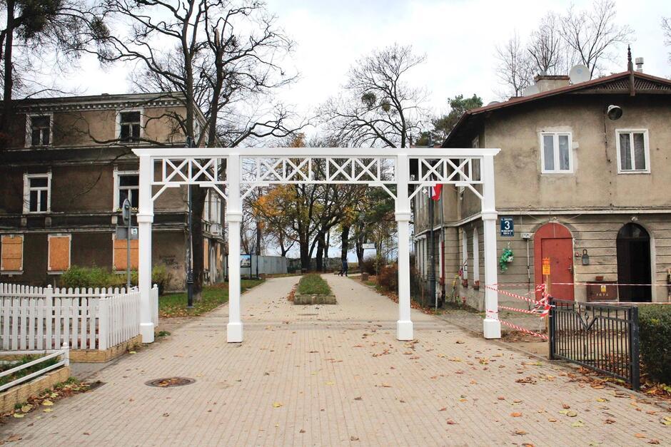 Tak prezentuje się nowa drewniana brama wejściowa do parku