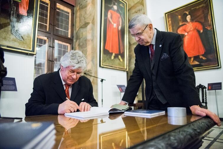 Egzemplarze podpisywał autor Artur Matys oraz prof. Jan Łukaszewski