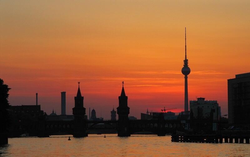 Most Oberbahn i wieża telewizyjna na Alexanderplatz w Berlinie