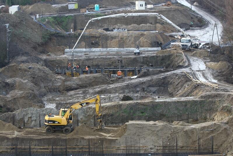 Pół tysiąca pracowników, 2,7 kilometra nowej drogi, ułożony prawie 1 kilometr torów, 100 hektarów terenu, na którym prowadzone są prace. W piątkowy poranek, 7 grudnia, władze Gdańska i trójmiejscy dziennikarze wzięli udział w spacerze po placu budowy tzw. Nowej Bulońskiej Północnej. Prace przebiegają zgodnie z planem