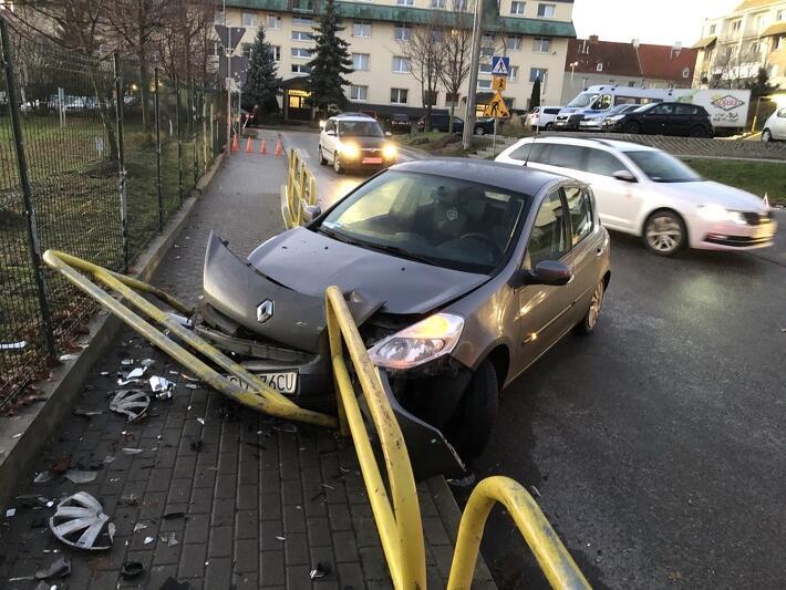 Gdańsk Chełm, ulica Reformacja przy SP 47. Wypadek samochodowy, którego przyczyną było niezachowanie ostrożności podczas gołoledzi