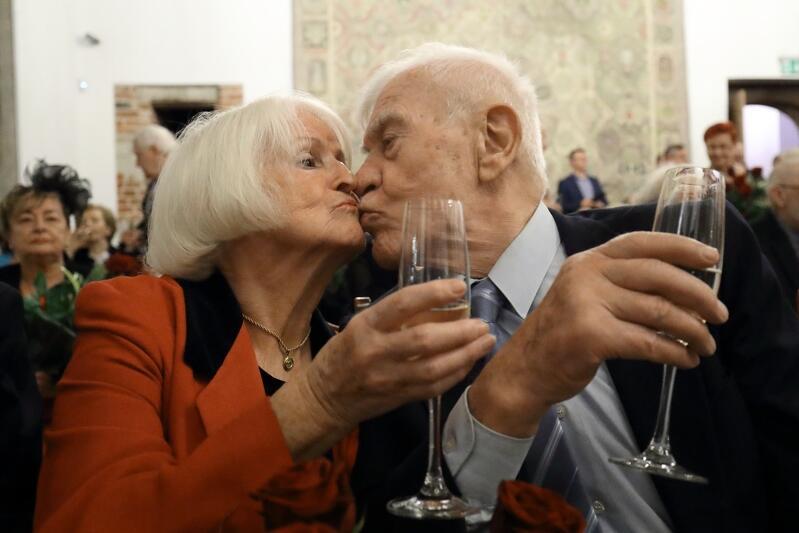 Złote, platynowe, diamentowe i żelazne gody - te imponujące okrągłe rocznice małżeńskie obchodziły we wtorek, 11 grudnia, 32 gdańskie pary, podczas uroczystości w Ratuszu Głównego Miasta