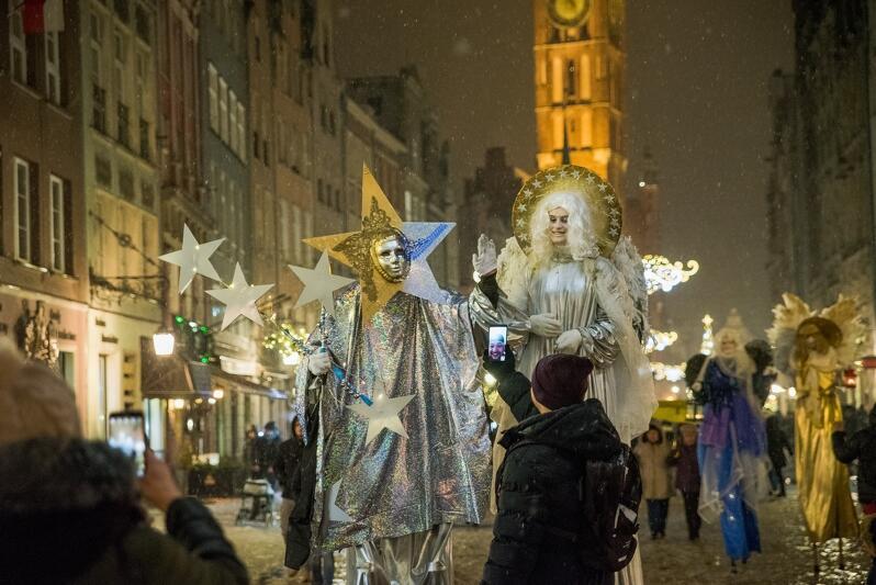 Tradycyjnie w niedzielę poprzedzającą Wigilię Bożego Narodzenia - tym razem wypadła 23 grudnia - na Długim Targu u stóp Neptuna i największej gdańskiej choinki zgromadzili się wielbiciele świętowania w gronie szerszym niż tylko najbliższej rodziny - ze współmieszkańcami