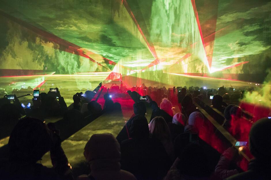 Pokaz był tak efektowny, że większość publiczności nagrywała niesamowite laserowe wizje kamerami swoich telefonów komórkowych