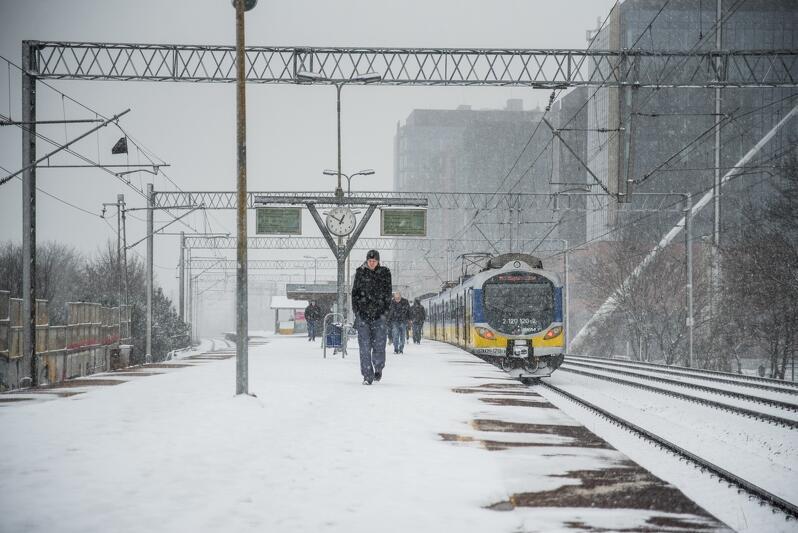 W lutym śnieg sypał intensywnie, kto był źle ubrany temu padało nawet za kołnierz. Drogowcy mieli pełne ręce roboty, nabardziej z całej sytuacji cieszyły się oczywiście dzieci