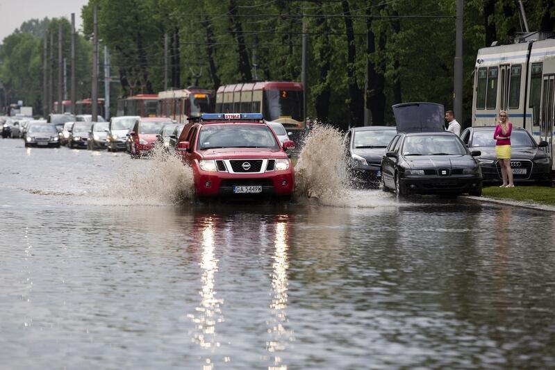 W piątek, 11 maja, po godz. 15.00 nad Trójmiastem przeszły ulewne burze. W Gdańsku zalane były głównie ulice na dolnym tarasie, ale woda płynęła też szerokim strumieniem w innych miejscach. W ciągu 15-30 minut spadło: Strzyża opad 38,1 mm, Góra Gradowa Śródmieście 39, Brzeźno 28,89, Chełm 23, Jelitkowo 17,43, Dolne Miasto 12 (średnia miesięczna z 10 ostatnich lat z całego maja to 50-60 mm)