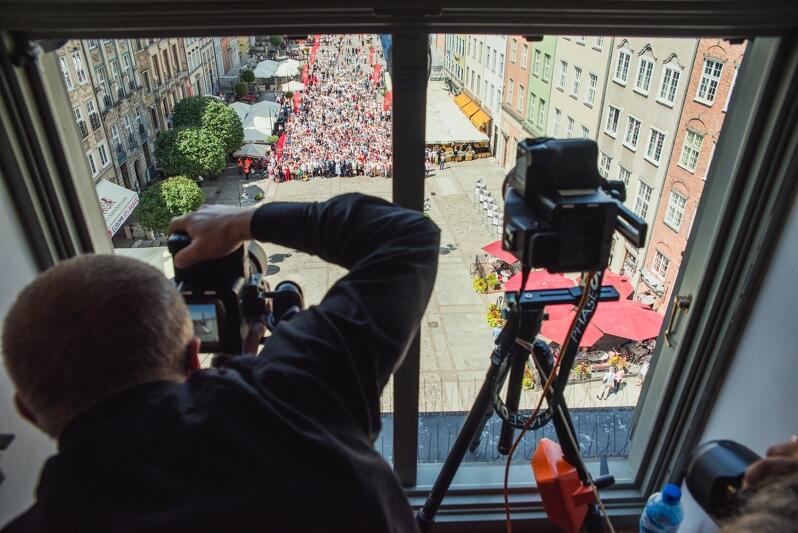 W sobotę, 7 lipca, o godz. 12.20 fotograf nacisnął migawkę i powstało Rodzinne Zdjęcie Gdańszczan. To tradycja trwająca od 2000 roku. Fotografia przedstawia Dariusza Kulę podczas wykonowania zdjęcia