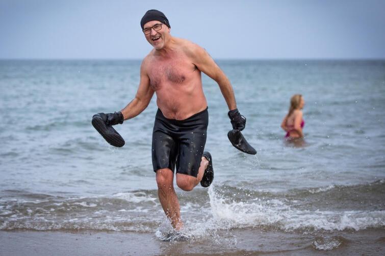 Człowiek (znaczy mors) wychodzi z wody i od razu biegiem, bo czuje, że na plaży jest naprawdę zimno