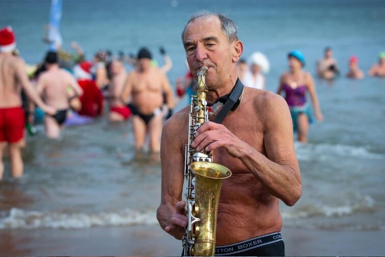 Do wody z saksofonem? Gdańskie morsy nie wyobrażają sobie inaczej, a już na pewno w Nowy Rok