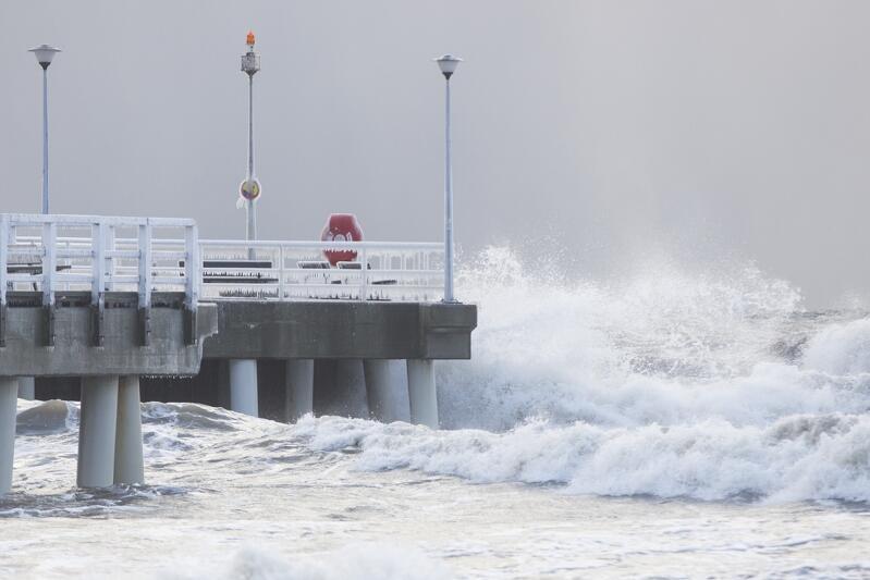 Sztormowa pogoda, jaką na najbliższe dni zapowiedział IMGW, nie jest dla Gdańska niczym wyjątkowym na początku roku. Tak wyglądały wody Zatoki Gdańskiej przy molo w Brzeźnie, 5 stycznia 2017 roku