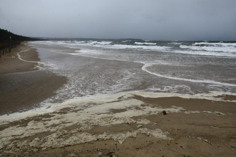 W Brzeźnie stan wody jest tak wysoki, że zalewa całą plażę i podchodzi pod wydmy