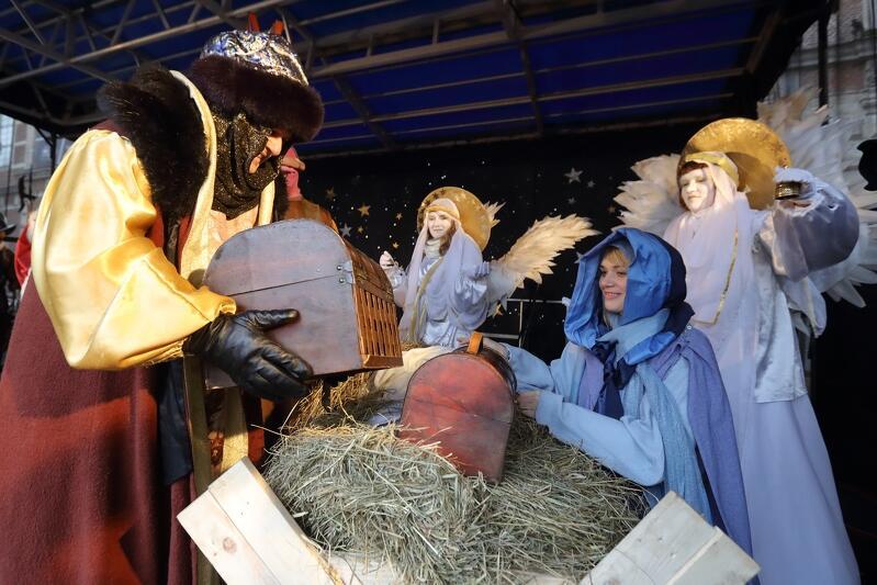 Michał Targowski - dyrektor gdańskiego ZOO od lat wciela się w postać Melchiora. Na zdjęciu widzimy jak składa dary Świętej Rodzinie