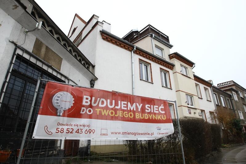 Inwestycja GPEC w Dolnym Wrzeszczu - plakat na płocie otaczającym wykopy pod instalację miejskiej sieci ciepłowniczej przy ul. Wallenroda