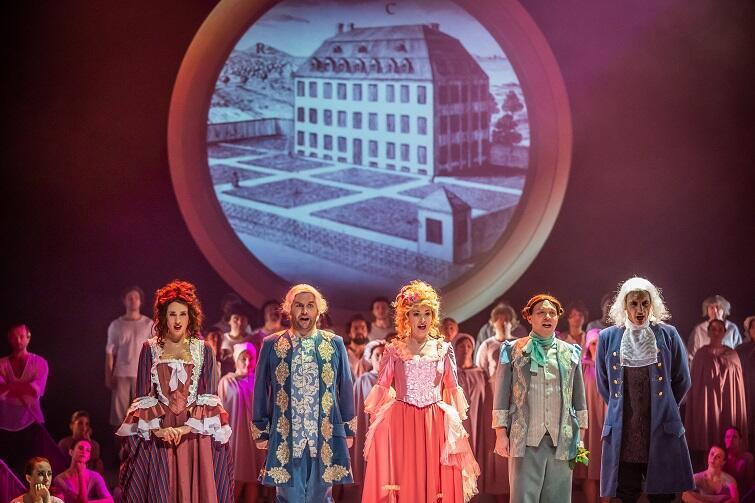 Na scenie Paquita (Maria Antkowiak), Maksymlian (Bartłomiej Misiuda), Kunegunda (Joanna Moskowicz), Kandyd (Aleksander Kunach) i Pangloss (Artur Janda)