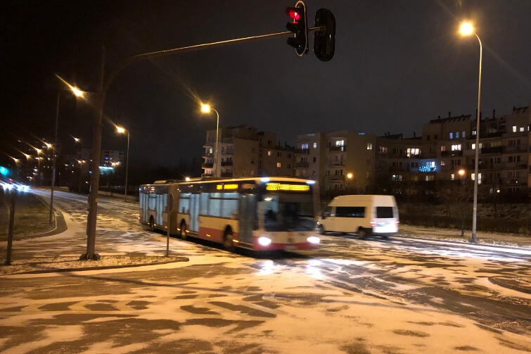 W środę wieczorem, 2 stycznia, zapanowały trudne warunki drogowe na gdańskich ulicach. Nz. fragment ul. Cienistej na Chełmie, która w tym miejscu charakteryzuje się dość stromym zjazdem i zaraz potem - podjazdem. Kierowcy zachowywali się bardzo dobrze, redukując prędkość do ok. 30 km/h