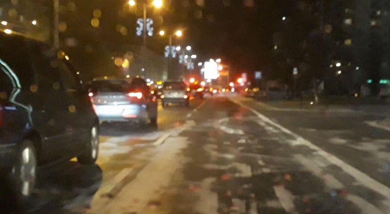 Śliska jezdnia na ul. Grunwaldzkiej późnym wieczorem w środę, 2 stycznia