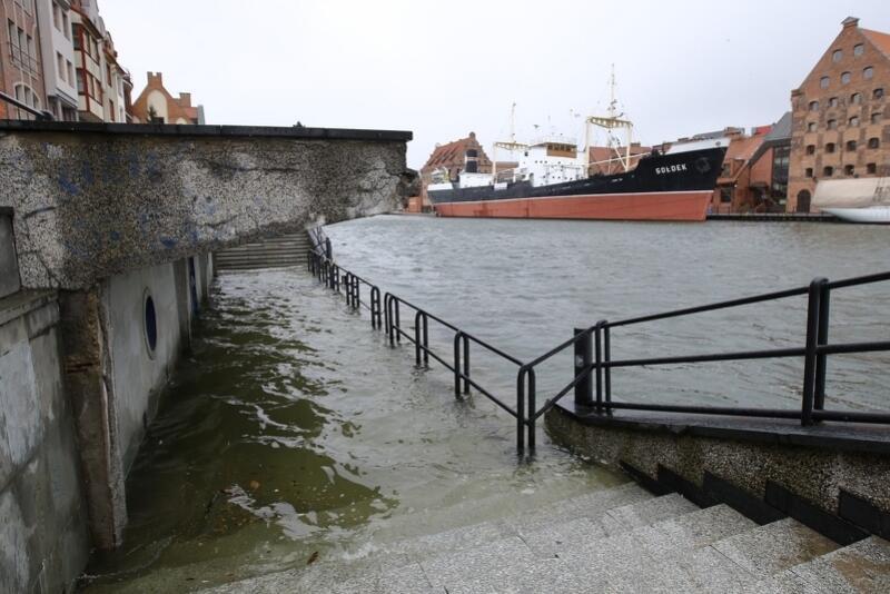 Środa, 2 stycznia, godz. 9.30, Długie Pobrzeże zalewane