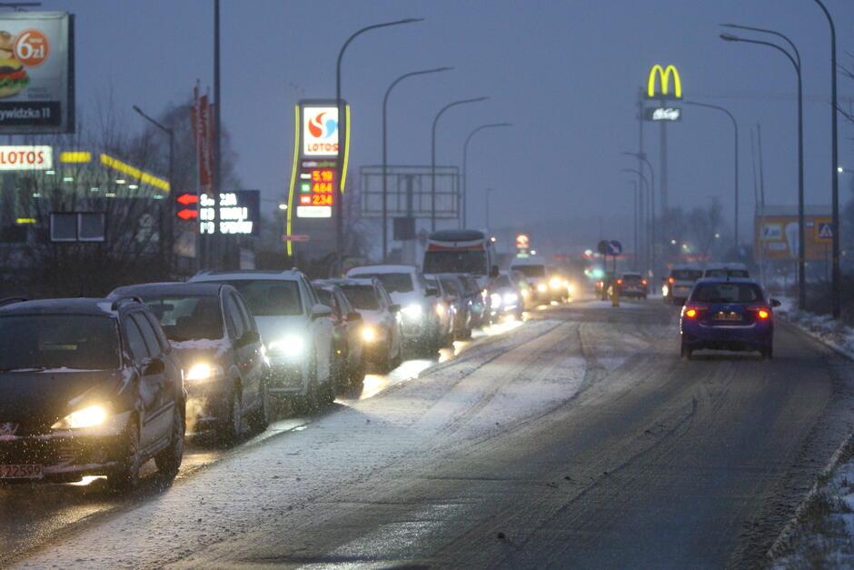 Tak rano, 3 stycznia, wyglądała sytuacja na ul. Małomiejskiej (Górna Orunia). Drogowcy szybko poradzili sobie z usunięciem oblodzeń na głównych arteriach komunikacyjnych. Kierowcy muszą zachować czujność, bowiem sytuacja jest dynamiczna - synoptycy zapowiadają opady śniegu i deszczu ze śniegiem