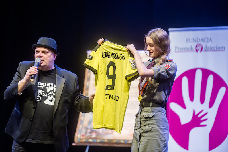 Licytacja koszulki Roberta Lewandowskiego miała miejsce w 2017 roku, podczas pierwszego charytatywnego koncertu zorganizowanego z okazji 10-lecia działalności Przemka Szalińskiego. Nz. Krzysztof Skiba prowadzący licytację.