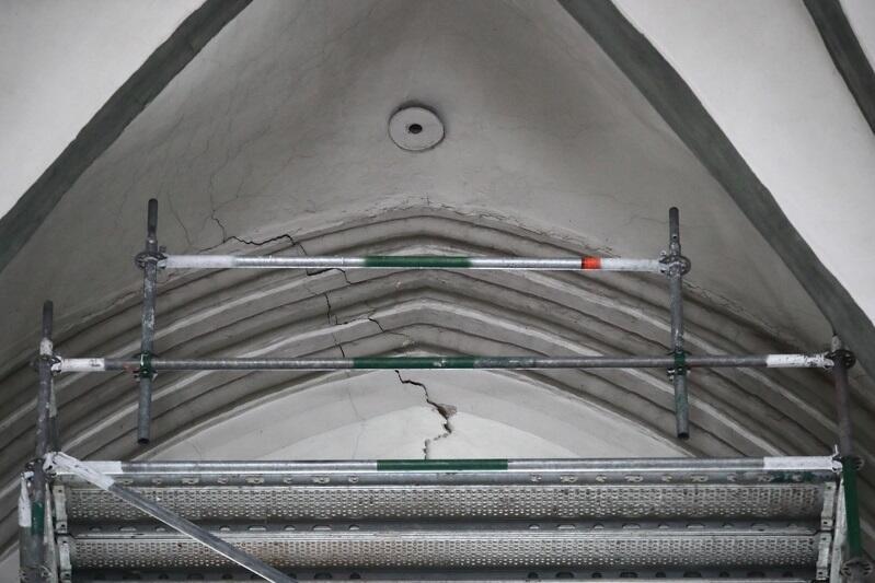 Takie pęknięcia pojawiły się na sklepieniu kościoła. O fakcie poinformowano pod koniec października - od tego czasu kościół jest zamknięty