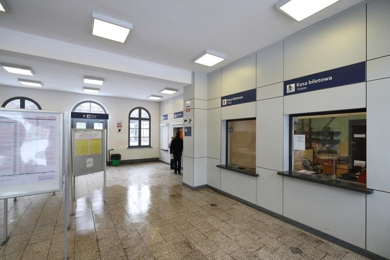 Odnowione wnętrze oliwskiego dworca, w ramach drugiego etapu modernizacji wymieniona zostanie m.in. stolarka okienna i drzwiowa