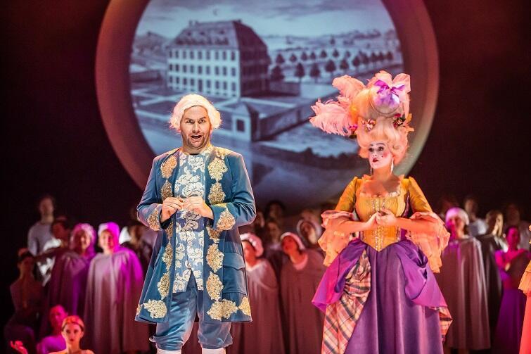 Kandyd L. Bernsteina. Na zdjęciu Bartłomiej Misiuda (Maksymilian) i Paulina Wilczyńska (Pani Baronowa)
