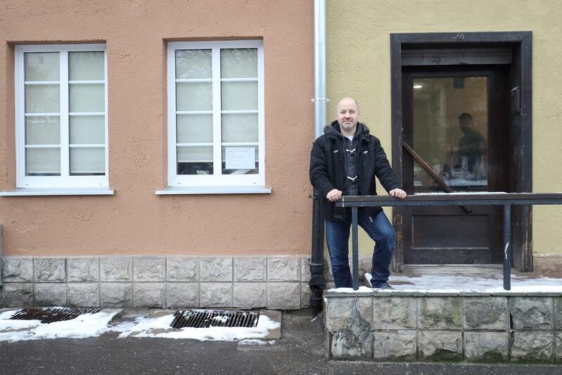 Krzysztof Skrzypski przed wejściem do cieKAWej przy ul. Świętojańskiej 68