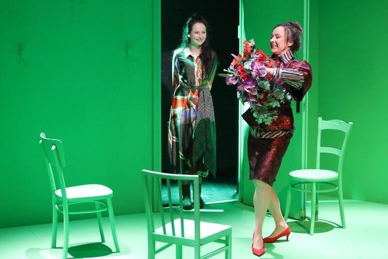 W roli Oleny zobaczmy Katarzynę Dałek. Małgorzata Brajner [od red.: z bukietem kwiatów] wciela się w rolę Matki, ale też Urzędniczki, Obcej kobiety i Sprzedawczyni