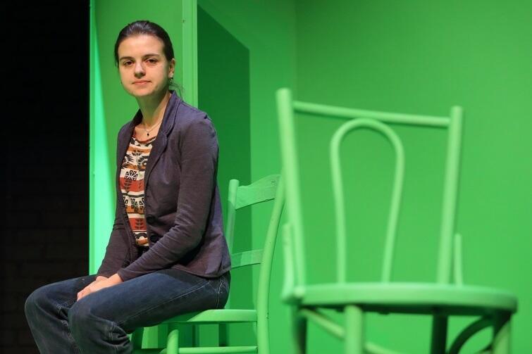 Olena Apczel jest autorką pamiętników, na podstawie których powstał spektakl 'Więzi'. Jest również jego reżyserką