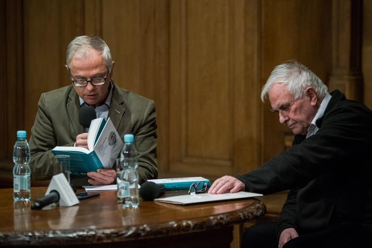Ryszard Bongowski (po lewej) - prowadzący spotkanie i o. Ludwik Wiśniewski
