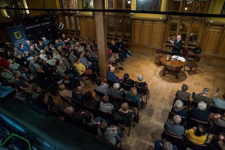 Publiczność na wykładzie o. Ludwika Wiśniewskiego w sali Mieszczańskiej Ratusza Staromiejskiego w Gdańsku